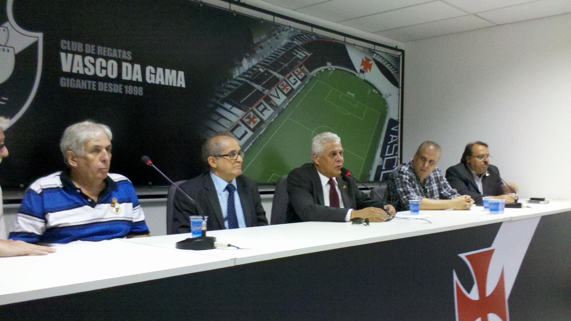 Presidente do Vasco, Roberto Dinamite concede entrevista coletiva em São Januário (30/10/2012)