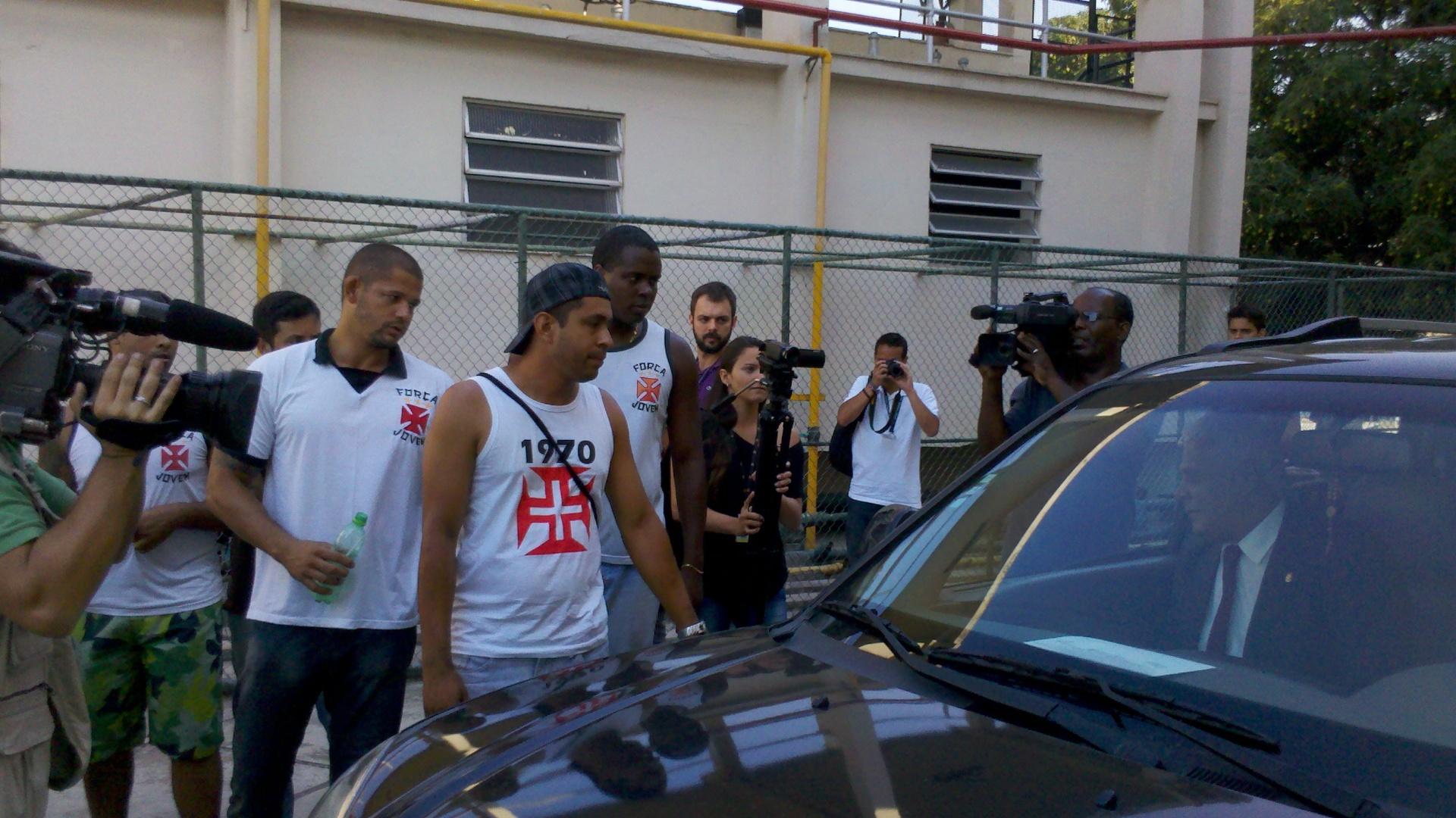 Roberto Dinamite é cercado por torcedores ao deixar a coletiva no Vasco (30/10/2012)