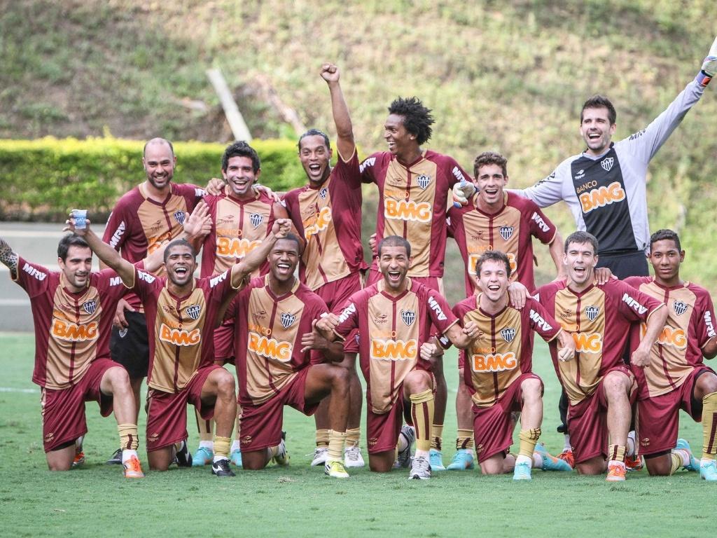 Time de Ronaldinho Gaúcho posa para foto da vitória no rachão do Atlético-MG (30/10/2012)