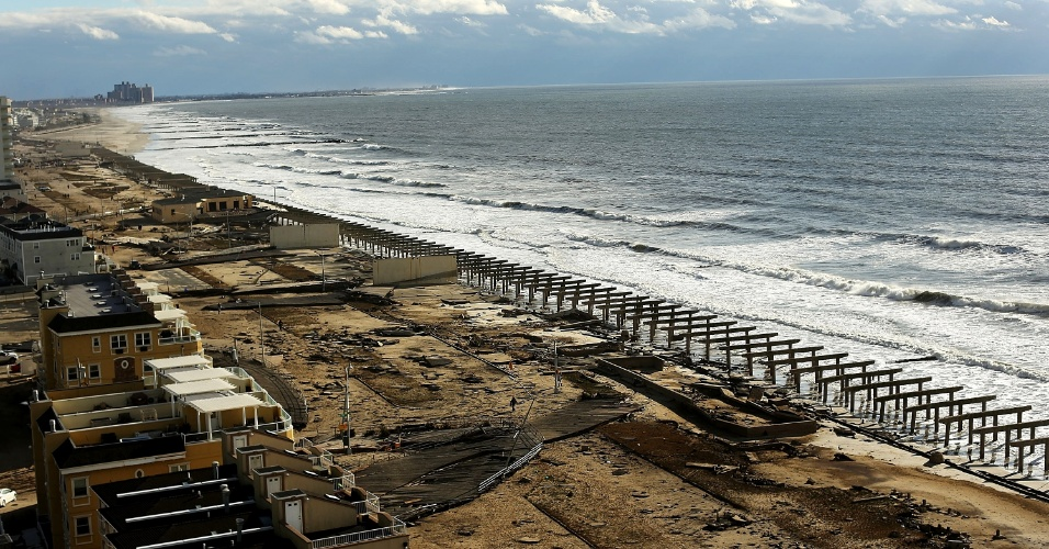 30.out.2012 - Tudo o que restou do calçadão (boardwalk) histórico da praia de Rockaway, no distrito do Queens, em Nova York, foram as fundações