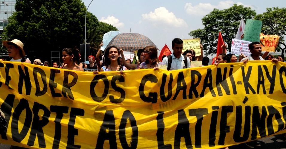 31.out.2012 - Alunos de escolas públicas, privadas e universidades de Brasília fazem manifestação em apoio aos índios guarani-kaiowá na Esplanada dos Ministérios. No domingo a justiça determinou a saída de um grupo de guaranis-kaiowás de uma área destinada a eles. O MPF se pronunciou contra a decisão do Tribunal Regional Federal da 3ª Região
