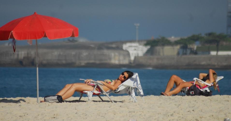 31.out.2012 - Banhistas aproveitam manhã de sol na praia de Copacabana, no Rio de Janeiro