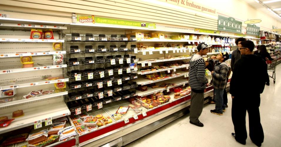 31.out.2012 - Clientes fazem fila próximo a uma prateleira de supermercado em Jersey City, Nova Jersey. O Estado, costeiro, tem seu ponto mais continental a aproximadamente 80 km do oceano Atlântico e foi o mais afetado pela tempestade