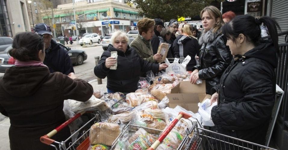 31.out.2012 - Fila para comprar comida em mercado de rua no bairro de Brighton Beach, em Nova York. A área, que fica de frente para o mar, foi bastante prejudicada pela passagem do furacão Sandy