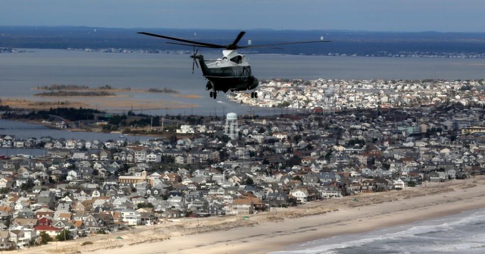 31.out.2012 - Helicóptero Marine One sobrevoa Seaside Heights, Nova Jersey, levando o presidente Barack Obama a bordo para avaliar a devastação causada pela passagem do furacão Sandy. O Estado, costeiro, tem seu ponto mais continental a aproximadamente 80 km do Oceano Atlântico foi o mais afetado pela tempestade