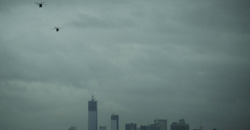 31.out.2012 - Helicópteros sobrevoam céus da parte baixa de Manhattan, ainda às escuras após a passagem do furacão Sandy, na terça-feira (30)