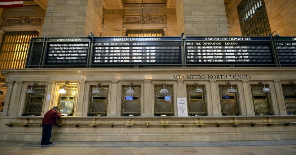 31.out.2012 - Homem compra ticket na ferrovia Metro North para a primeira viagem desde que o sistema de trens e metrôs foi fechado, na noite de domingo (28), com destino a White Plains, a 50 km do centro de Nova York