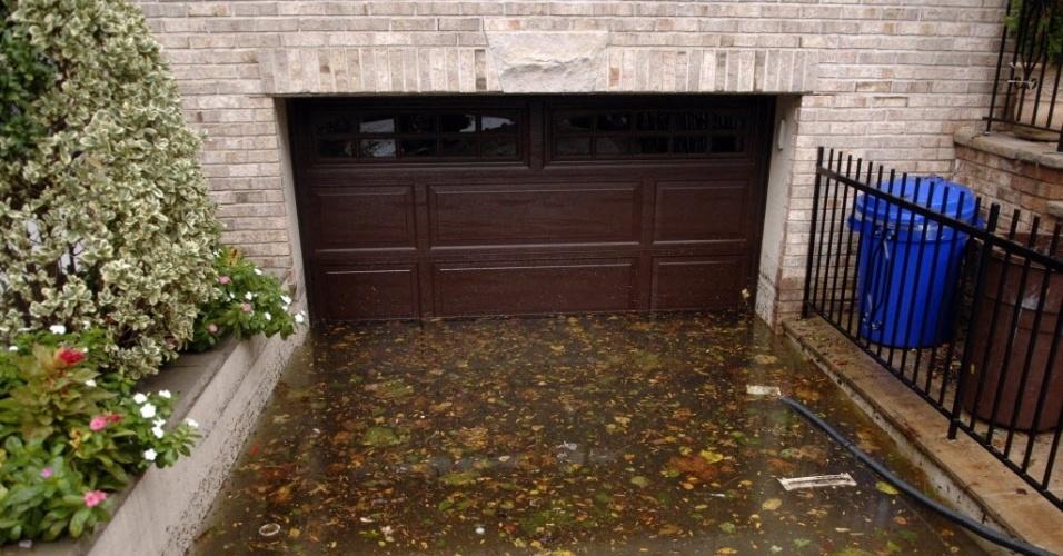 31.out.2012 - Imagem de terça-feira (30) divulgada hoje mostra garagem alagada após a passagem do furacão Sandy, na cidade de Hoboken, no Estado americano de Nova Jersey