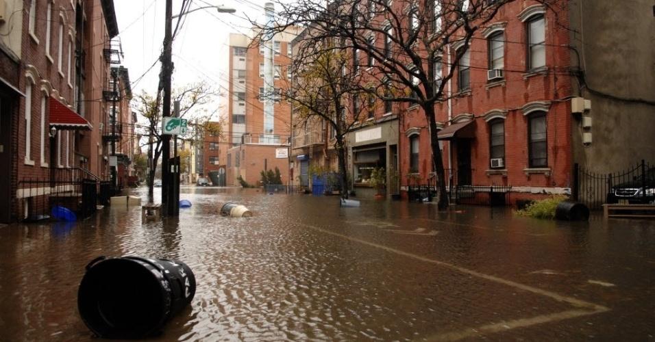 31.out.2012 - Imagem de terça-feira (30) divulgada hoje mostra ruas da cidade de Hoboken, no Estado americano de Nova Jersey, alagadas após a passagem do furacão Sandy