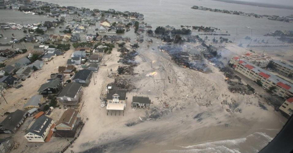 31.out.2012 - Imagem divulgada pelas Forças Aéreas dos EUA nesta quarta-feira mostram a dimensão dos estragos causados pela passagem do furacão Sandy na costa de Nova Jersey. O presidente dos EUA, Barack Obama, candidato à reeleição, visitará a região hoje
