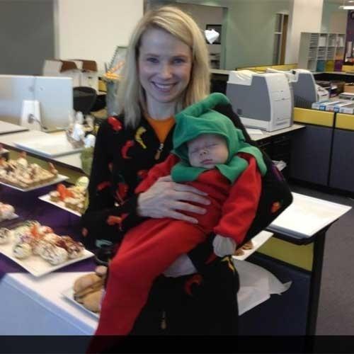 31.out.2012 - Marissa Mayer, diretora-executiva do Yahoo, publicou uma foto de seu filho Macallister, de apenas um mês. A executiva vestiu o filho de pimenta para o YaBoo, festa de halloween que o Yahoo faz para filhos dos funcionários