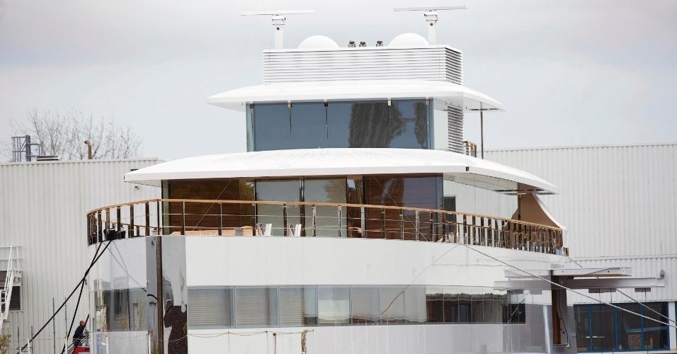 31.out.2012 - O iate Venus, um projeto pessoal de Steve Jobs, foi inaugurado recentemente e está atracado em Aalsmeer, na Holanda. O barco foi projetado pelo designer francês Philippe Starck e construído pela empresa Feadship. ''Como numa loja da Apple, as janelas das cabines eram grandes vidraças, quase do  piso ao teto, e a sala de estar principal era projetada para ter janelas de vidro de doze metros de comprimento e três de altura. Ele [Steve Jobs] fizera um engenheiro-chefe das lojas da Apple projetar um vidro especial, capaz de oferecer suporte estrutural'', diz a biografia de Jobs escrita por Walter Isaacson