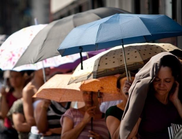 31.out.2012 - O Inmet (Instituto Nacional de Meteorologia) registrou nesta quarta-feira (31), pelo segundo dia consecutivo, o calor recorde do ano em São Paulo. Às 16h, os termômetros atingiram os 36,6ºC e, ao sol, alguns chegaram a marcar 42ºC