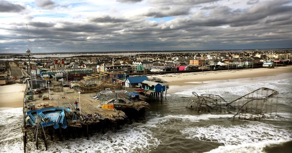 31.out.2012 - Ondas quebram diante de um píer e um parque de diversões, destruídos pelo furacão Sandy em Seaside Heights, Nova Jersey. O Estado, costeiro, tem seu ponto mais continental a aproximadamente 80 km do oceano Atlântico e foi o mais afetado pela tempestade
