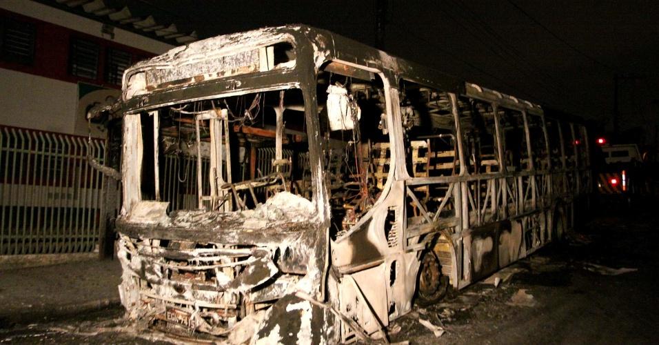 31.out.2012 - Ônibus foi incendiado no cruzamento da estrada da Guabiroba e a avenida Inocêncio Seráfico, em Carapicuíba, na Grande São Paulo (SP). De acordo com a polícia, criminosos armados obrigaram os passageiros a sair do veículo e atearam fogo no ônibus