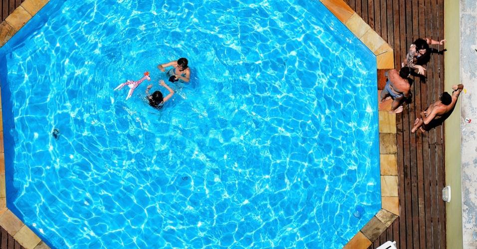 31.out.2012 - Paulistanos aproveitam tarde de sol forte e tempo seco na piscina de um prédio no bairro da Consolação, zona central de São Paulo