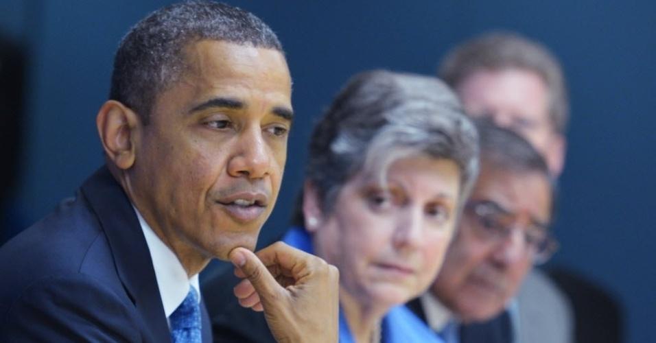 31.out.2012 - Presidente dos EUA, Barack Obama, participa de reunião no QG da Agência Federal de Administração de Emergências (Fema, em inglês). O mandatário americano visitará hoje áreas de Nova Jersey devastadas após a passagem do furacão Sandy pela região