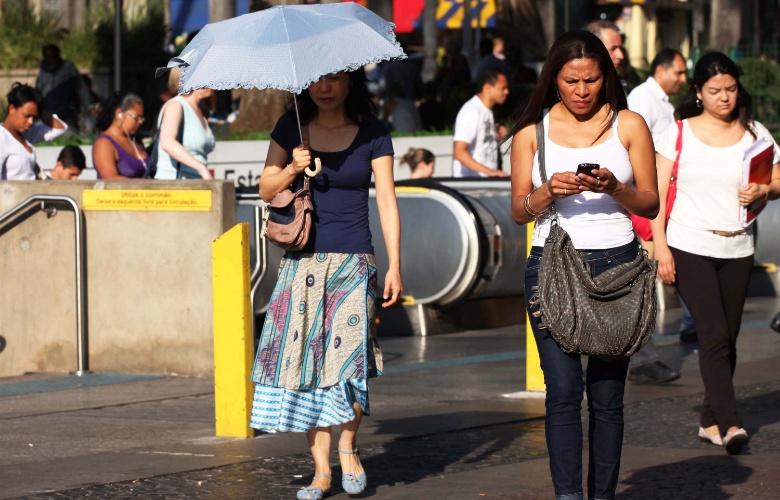 31.out.2012 - Um dia após temperatura recorde (36,1ºC), São Paulo tem outra manhã quente. A previsão para esta quarta-feira (31) é  de sol, alternando com pancadas de chuva e possíveis trovoadas à tarde, comventos podem chegar aos 60km/h
