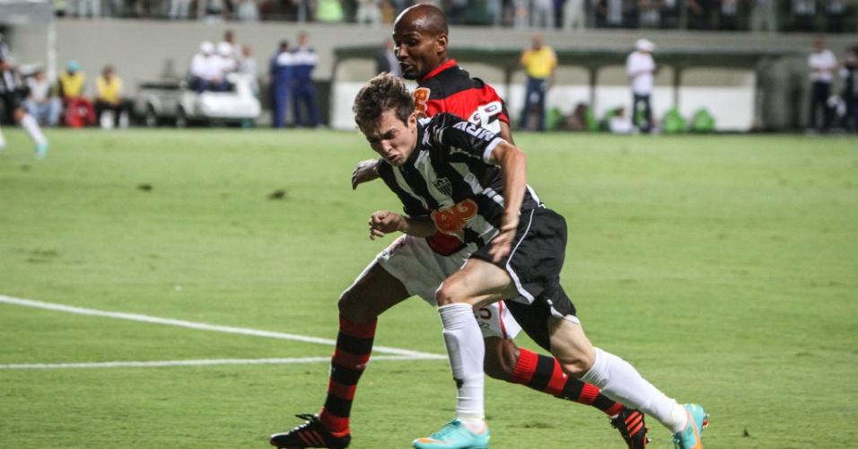 Bernard corre para escapar de marcação durante partida contra o Flamengo no Independência