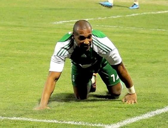 Brasileiro Victor Simões imita pantera (seu apelido) para comemorar gol pelo Al Ahli, da Arábia Saudita
