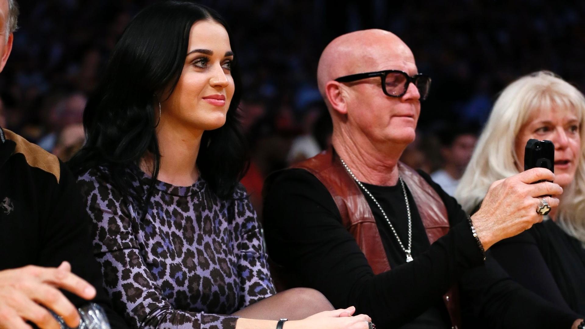 Cantora Katy Perry acompanha a partida entre Los Angeles Lakers e Dallas Mavericks na abertura da NBA (30/10/12)