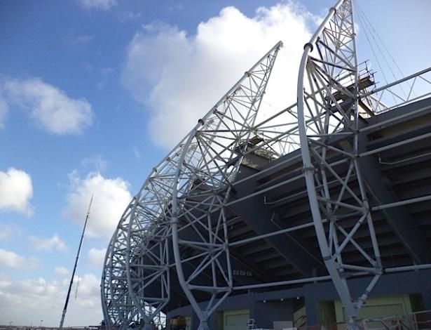 Estrutura metálica para suportar a cobertura do Castelão já é instalada (31/12/2012)