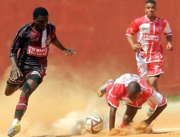 Mukoro deixa rival no chão ao tentar drible pelo Juventus da Liberdade