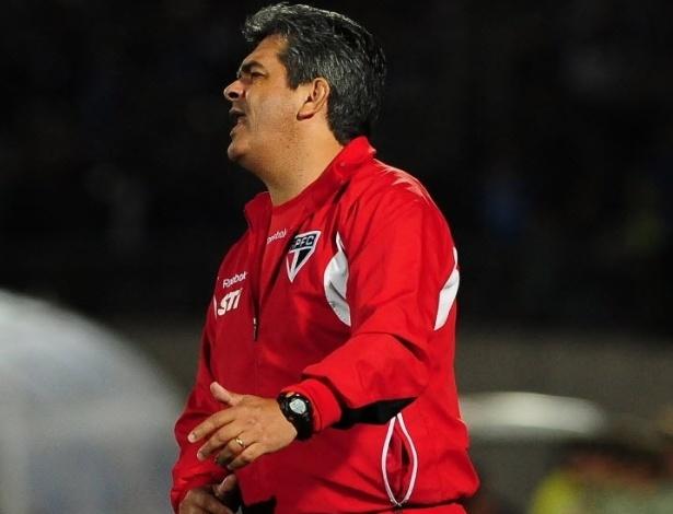 Ney Franco observa a partida entre São Paulo e Universidad do Chile, em Santiago