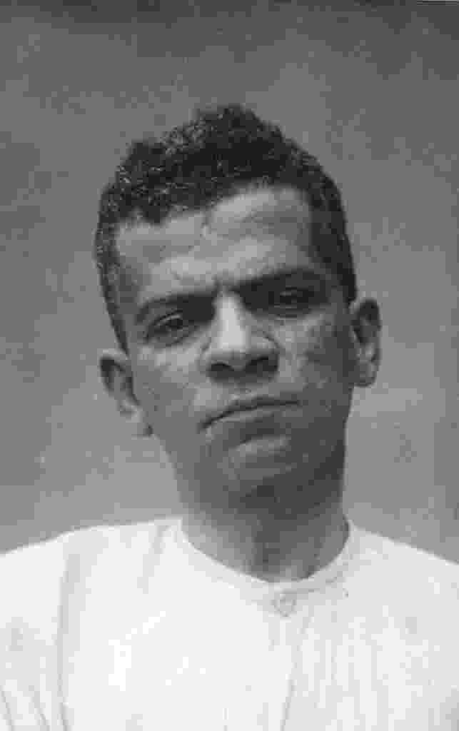 O escritor Lima Barreto fotografado no Hospital Psiquiátrico Pedro II, no Rio de Janeiro, em 1919 - Divulgação
