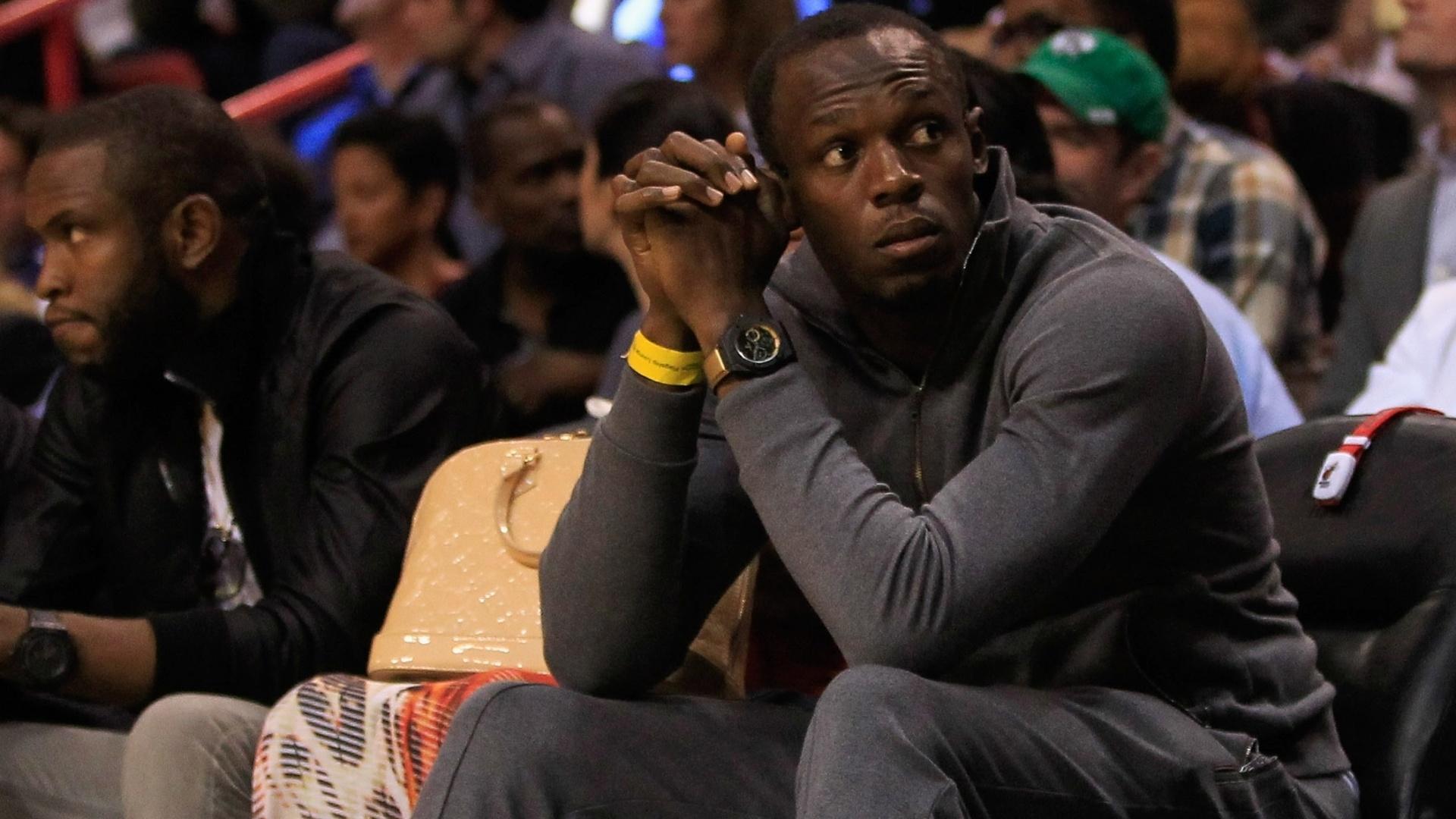 Velocista jamaicano Usain Bolt compareceu à abertura da temporada da NBA e assistiu ao jogo entre Miami Heat e Boston Celtics (30/10/12)