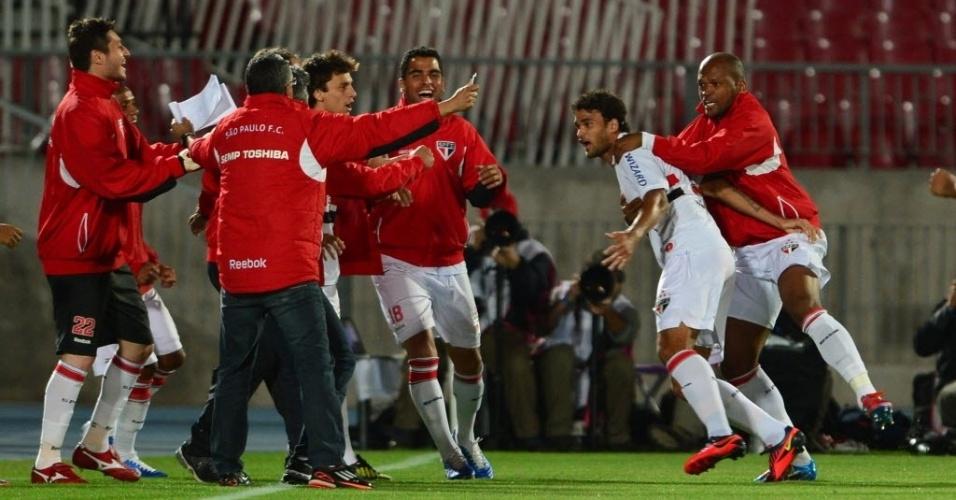 Willian José é festejado pelos reservas do São Paulo após abrir o placar contra a Universidad do Chile
