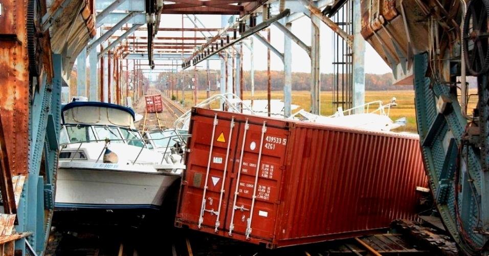 1°.nov.2012 - Barco, container e outros destroços se acumulam ao longo do trilho da ferrovia North Jersey Coast Line. O governo dos EUA anunciou a aprovação de U$ 3,4 milhões em ajuda direta aos mais de 36 mil prejudicados pela passagem do furacão Sandy nos Estados de Nova York, Nova Jersey e Connecticut