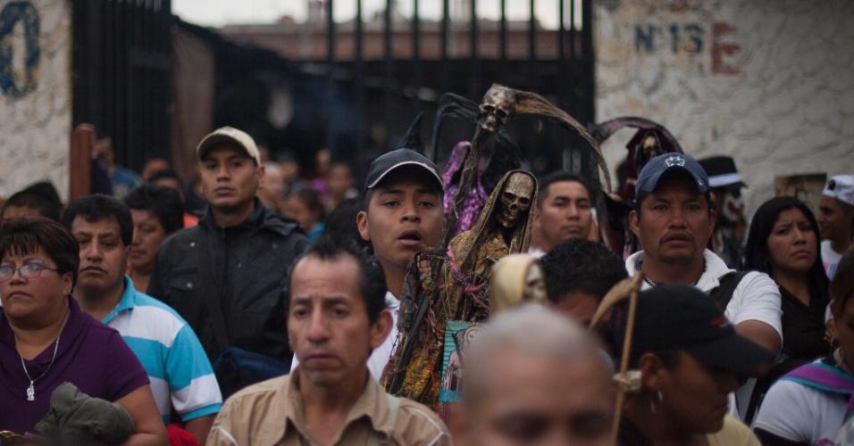 1º.nov.2012 - Considerado um dos bairros mais perigosos da Cidade do México, o bairro de Tepito é o principal lugar para a veneração da Santa da Morte