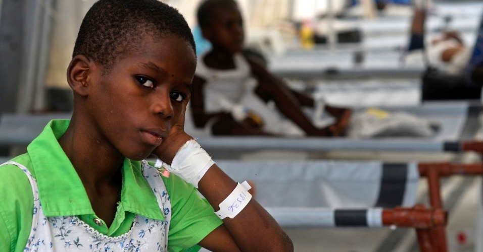 1°.nov.2012 - Garoto diagnosticado com cólera é tratado em um centro médico gerenciado pelos Médicos Sem Fronteiras em Porto Príncipe. Houve um grande aumento na entrada de pacientes no centro desde a passagem do furacão Sandy pelo Haiti, na sexta-feira (26), que matou 52 pessoas e danificou a já pobre infraestrutura do país