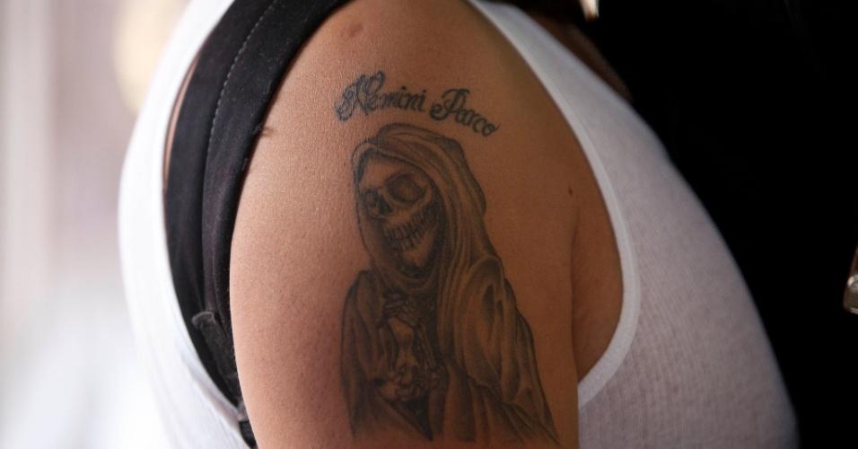 """1º.nov.2012 - Homem exibe tatuagem da """"Santa Morte"""", homenageada no """"Dia dos Mortos"""", em 31 de outubro, no México"""