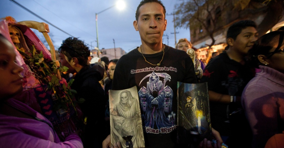 """1º.nov.2012 - Homem mostra artes feitas em agradecimento a """"Santa Morte"""", a grande homenageada no """"Dia dos Mortos"""", celebrado em 31 de outubro"""