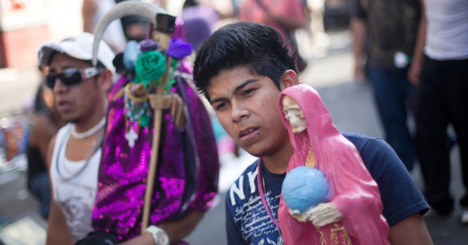 """1º.nov.2012 - Homem segura imagem da """"Santa Morte"""", homenageada no """"Dia dos Mortos"""", em 31 de outubro, no México"""