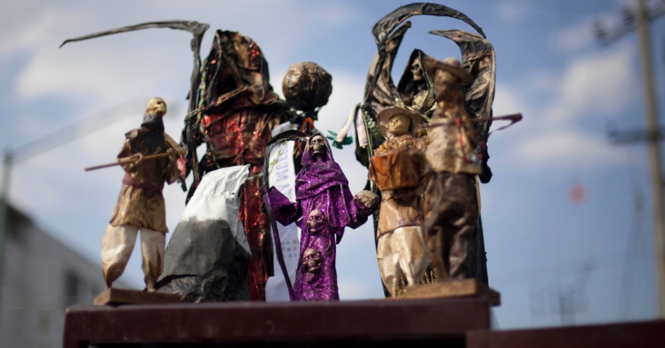 """1º.nov.2012 - Altar com imagens da """"Santa Morte"""", durante celebração do """"Dia dos Mortos"""""""