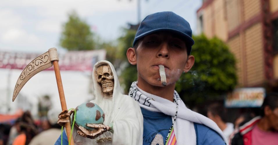 """1º.nov.2012 - Jovem fuma maconha como oferenda à """"Santa Morte"""", a grande homenageada no """"Dia dos Mortos"""""""
