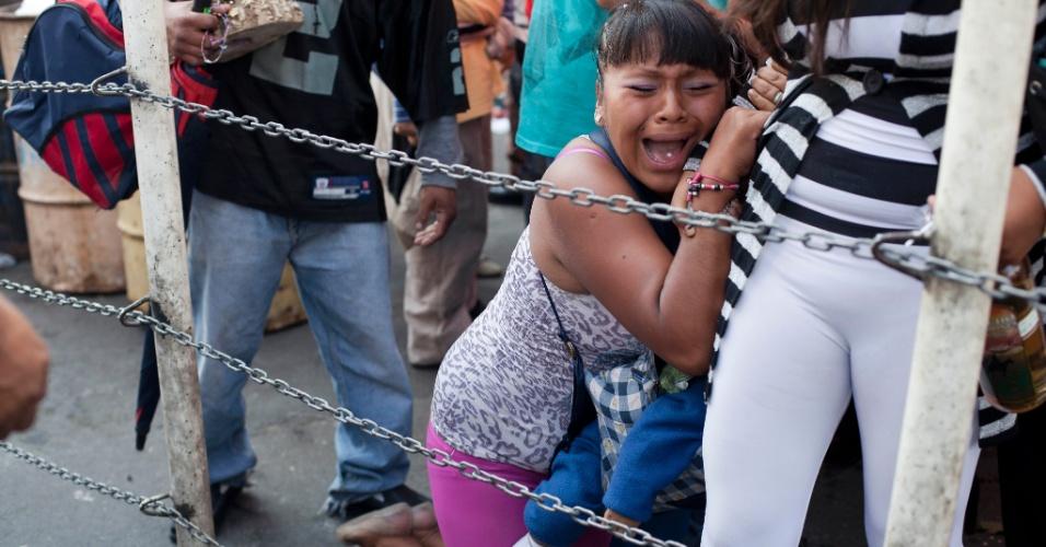 1º.nov.2012 - Mulher chora durante a homenagem ao Dia dos Mortos, no México