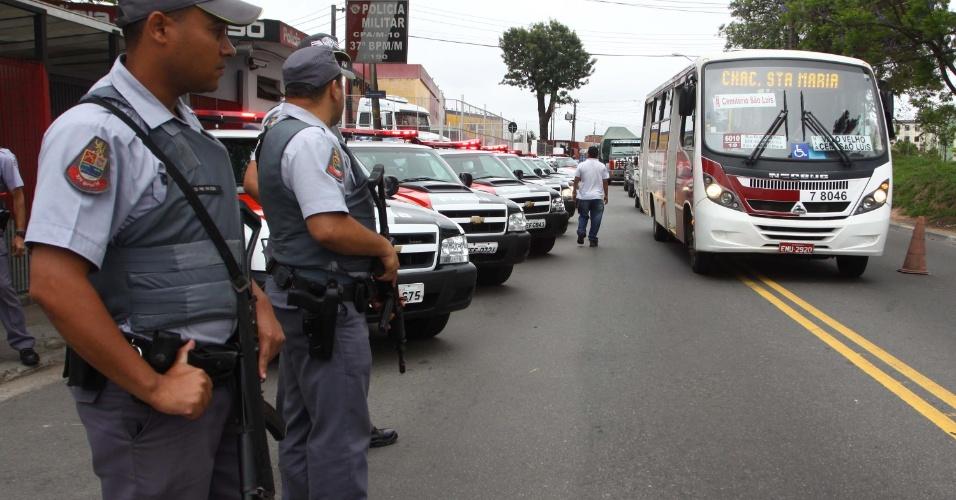 1º.nov.2012 - Operação Saturação é realizada pela Polícia Militar nos bairros do Campo Limpo e do Capão Redondo. em São Paulo (SP), nesta quinta-feira (1º). O objetivo da operação é a intensificação na captura de procurados pela justiça, drogas, armas e motocicletas irregulares