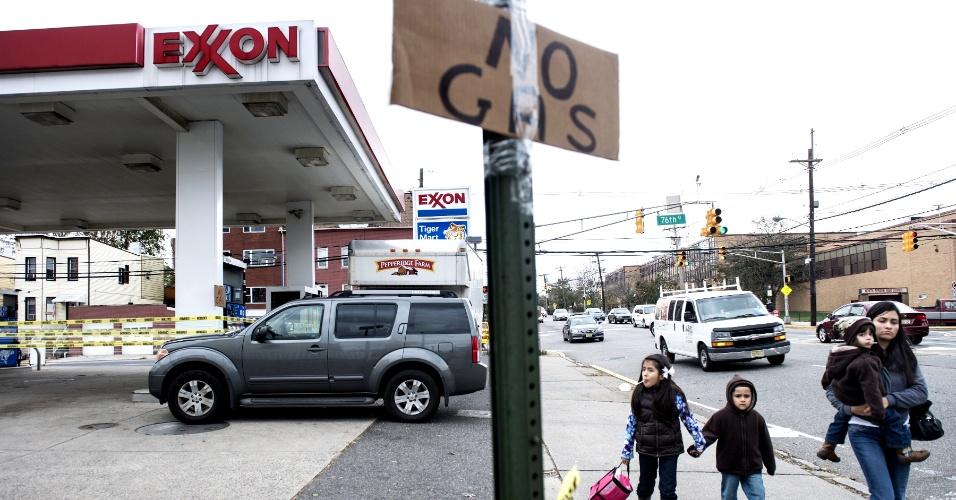 1°.nov.2012 - Pessoas passam diante de posto de combustível avisando não ter gasolina, em North Bergen, Nova Jersey. O número de mortos saltou para mais de 80 após Nova York divulgar novos números. O fornecimento de combustível é deficiente desde a passagem do furacão Sandy, na segunda-feira (29)