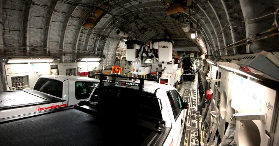 1°.nov.2012 - Um avião cargueiro C-17 da Força Aérea norte-americana é carregado com caminhões e equipamentos em base na cidade de Riverside, Califórnia. Mais de 70 caminhões utilitários foram enviados para auxiliar a restaurar a energia nas áreas mais afetadas pelo furacão Sandy