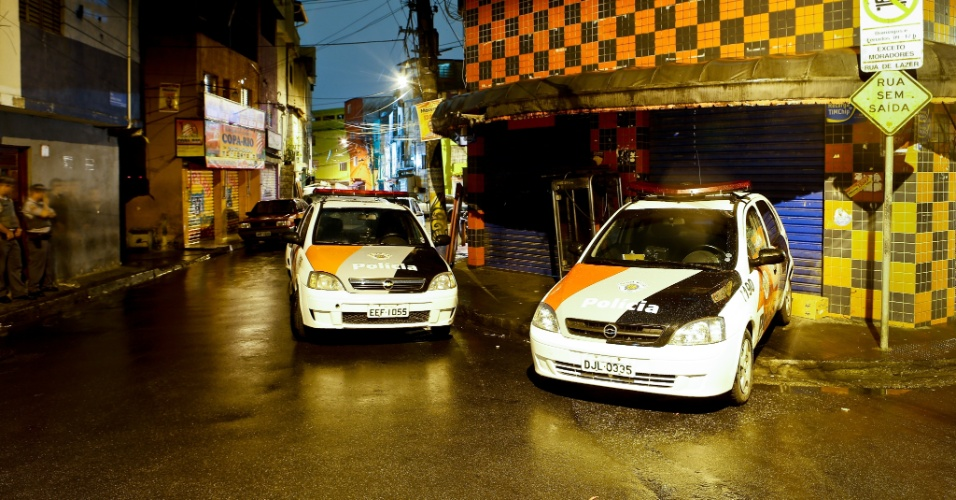 1º.nov.2012 - Carros da polícia cercam entrada da rua Paraíba, na favela de Heliópolis, zona sul de São Paulo (SP)
