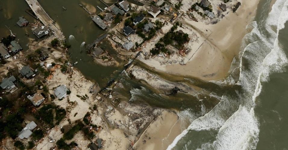 1º.nov.2012 - Vista aérea de ponte destruída por inundação em Mantoloking, em Nova Jersey, durante passagem da tempestade Sandy pelos Estados Unidos. Pelo menos 50 pessoas morreram no país por causa do ciclone