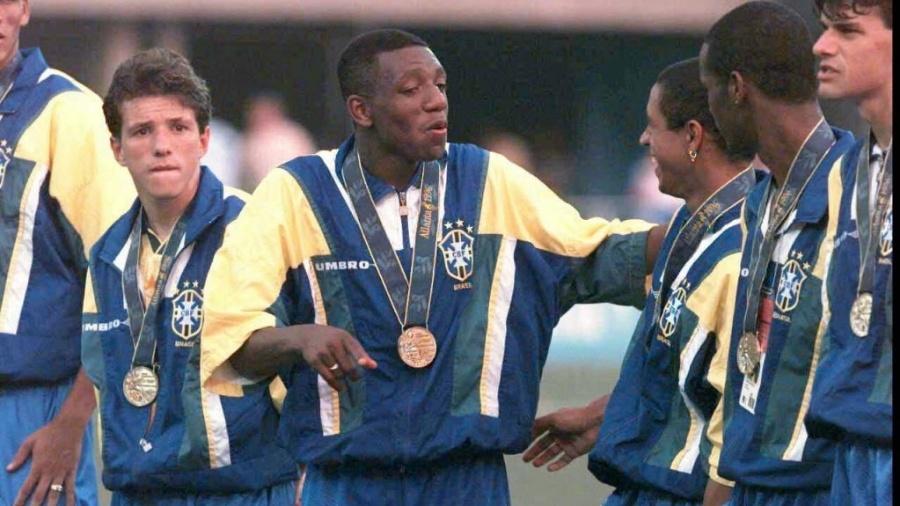 Amaral carrega a medalha de bronze dos Jogos de Atlanta em 1996; Brasil disputou a Olimpíada sob comando de Zagallo - Folha Imagem/Arquivo