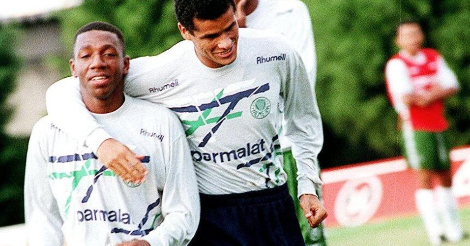 Volante Amaral é abraçado pelo craque Rivaldo em treino do Palmeiras em meados da década de 90