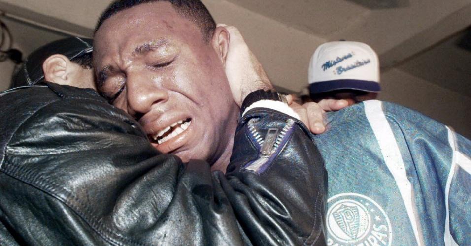 Volante Amaral chora após a conquista do título paulista do Palmeiras em 1996