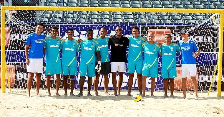 Anderson Silva posa com a seleção brasileira de futebol de areia em visita a Dubai, onde o time participa de campeonato neste fim de semana. Lutador viajou a convite de uma das patrocinadoras, que também apoia sua carreira
