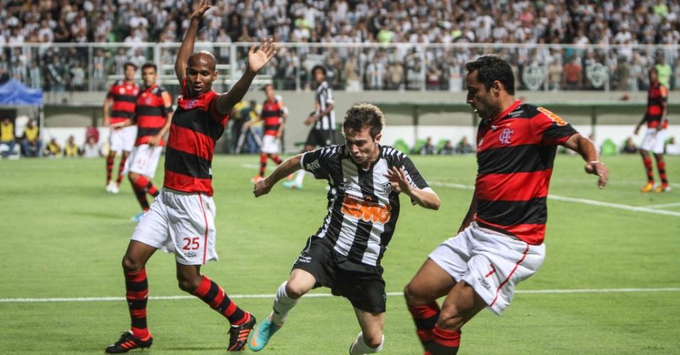 Bernard tenta escapar de marcação na partida entre Flamengo e Atlético-MG no Independência